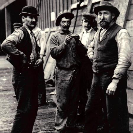 Mi scrive Peppe: (FOTO di scaricatori di porto o bar malfamati dell'epoca vittoriana). Ho optato per i portuali.