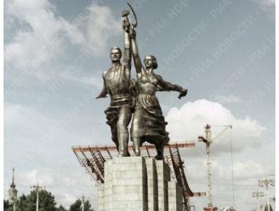Fa piacere il riferimento di Peppe al kolkhoz, perché mi permette di pubblicare finalmente la statua moscovita che ritrae Scolozzi e sua moglie